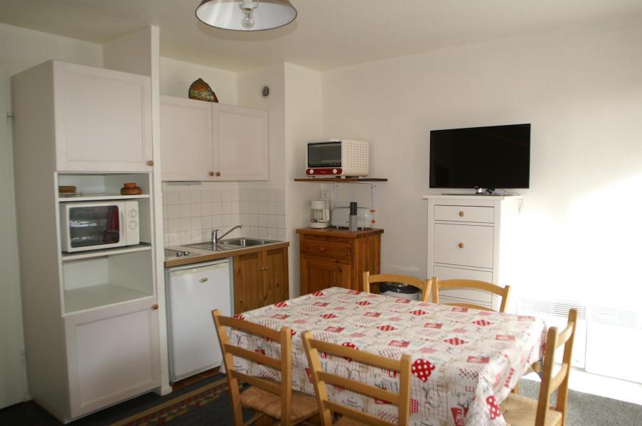 Holiday in mountain resort Studio cabin 4 people (standard) - Résidences Prapoutel les 7 Laux - Les 7 Laux - Dining area