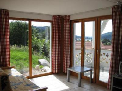 Vacances en montagne Appartement 3 pièces 6 personnes - Chalets Domaine les Adrets - Gérardmer - Porte-fenêtre donnant sur balcon