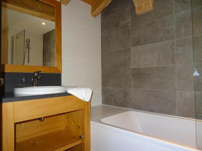 Holiday in mountain resort 5 room triplex chalet 8 people (Pomme de Pin) - Le Hameau de Caseblanche - Saint Martin de Belleville - Bath-tub