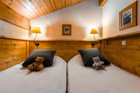 Holiday in mountain resort Les Chalets de Rosaël - Val Thorens - Bedroom under mansard
