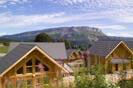 Vacances en montagne Les Chalets du Berger - La Féclaz - Extérieur été