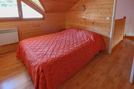 Holiday in mountain resort Résidence Chalets Margot - Superdévoluy - Bedroom under mansard