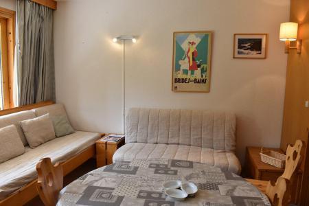 Holiday in mountain resort Studio sleeping corner 4 people - Résidence Eperonnelles - Méribel - Table