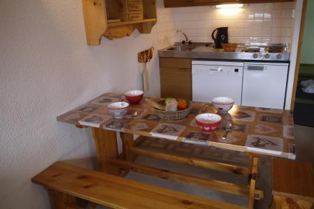 Vacances en montagne Appartement 2 pièces 6 personnes (A02) - Résidence Grand Dou - Méribel-Mottaret - Table