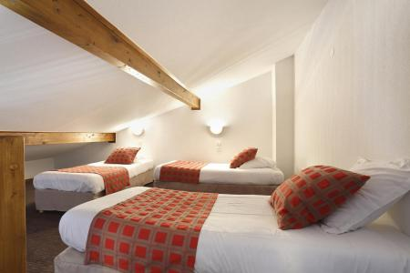 Holiday in mountain resort Résidence Grand Massif - Morillon - Bedroom under mansard