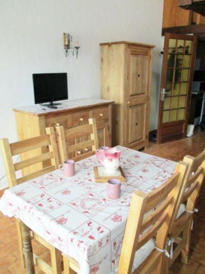 Holiday in mountain resort Studio mezzanine 4 people (0841) - Résidence la Forclaz - Le Grand Bornand - Table