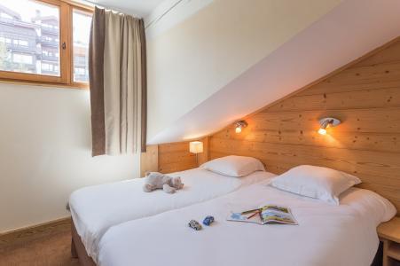 Holiday in mountain resort Résidence P&V Premium les Chalets du Forum - Courchevel - Bedroom under mansard