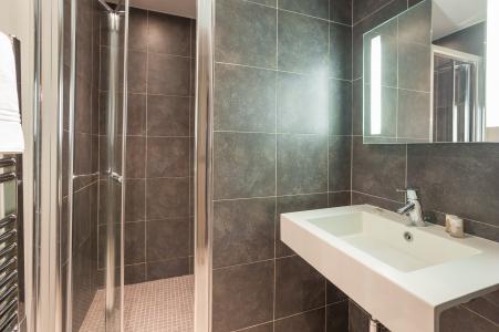 Holiday in mountain resort Résidence P&V Premium les Chalets du Forum - Courchevel - Shower